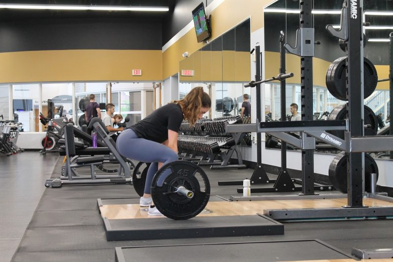 Woman weightlifting in a gym.